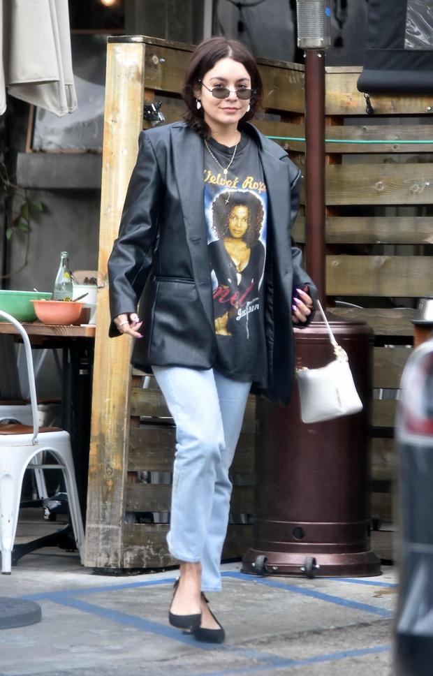 Кожаный пиджак – стильная альтернатива классическому пальто: Ванесса Хадженс доказывает (фото 1)