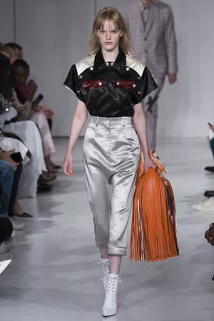 Показ Calvin Klein коллекции сезона Весна-лето 2018 года Prêt-à-porter - www.elle.ru - Подиум - фото 625441
