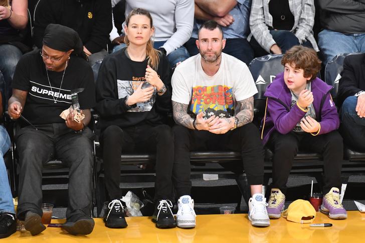 Одни эмоции: Бехати Принслу и Адам Левин на баскетбольном матче (фото 3)