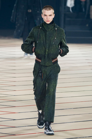 Показ Dior Homme коллекции сезона Осень-зима 2017-2018 года Men prêt-à-porter - www.elle.ru - Подиум - фото 615867