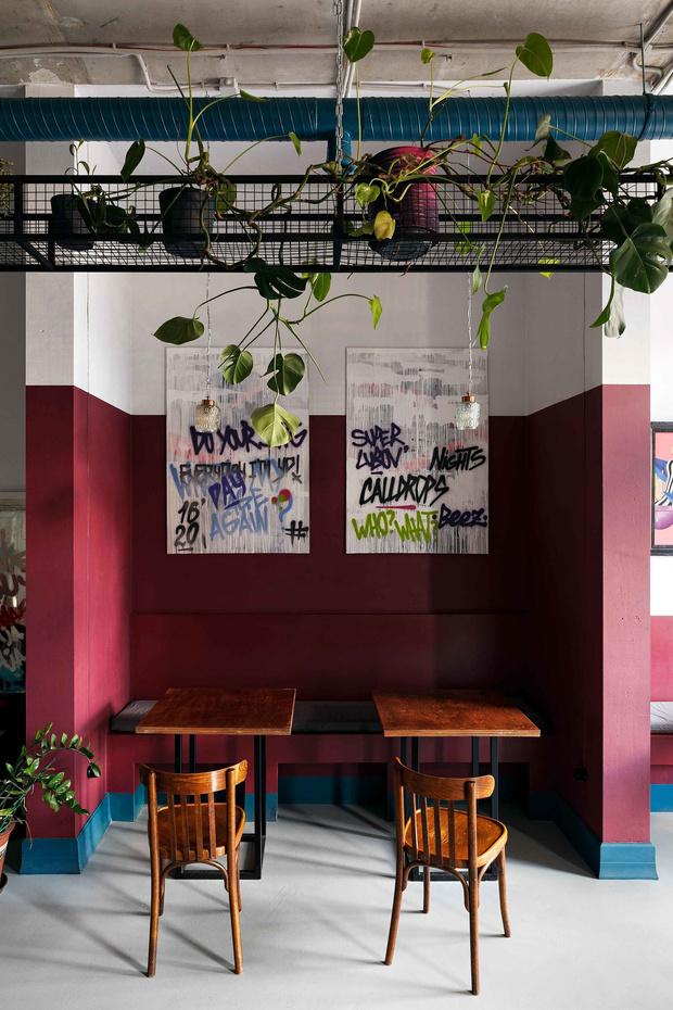 """Матча-бар """"Салют"""" с граффити и винтажными светильниками в Петербурге (фото 11)"""