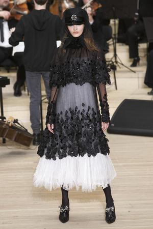 Показ Chanel коллекции сезона Pre-fall  2018 года Metiers d'Art - www.elle.ru - Подиум - фото 668721