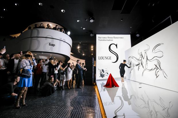 Выставка Инны Панасенко в салоне Mercedes-Benz (фото 1)