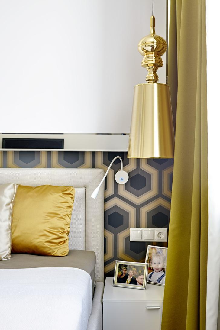 Фрагмент спальни. Обои Hicks´ Grand, Cole & Son. Кровать, Estetica. Светильник, Ideal Lux.