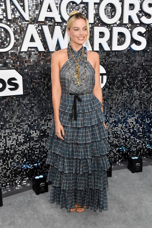 Круизное платье в клеточку уместно и на красной дорожке: Марго Робби на Премии Гильдии киноактеров (фото 1)