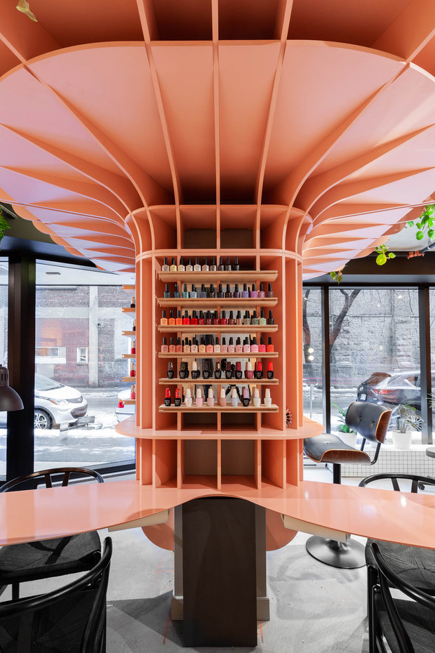 Pink pillar draws focus at Hideout beauty salon by Ménard Dworkind (фото 1)