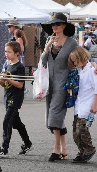 Семейный день: Анджелина Джоли с детьми посетила ярмарку в Пасадене (фото 3)