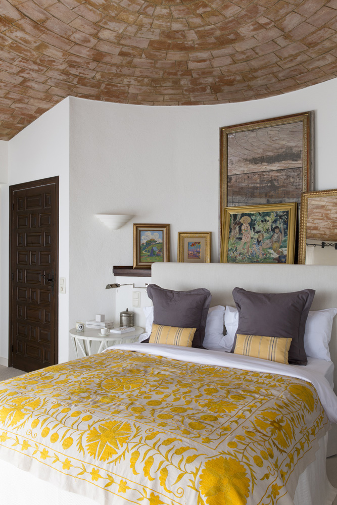 Спальня. Кровать сделана на заказ. Над изголовьем расставлена часть работ из коллекции Альбины Назимовой. Прикроватный столик, Becara.