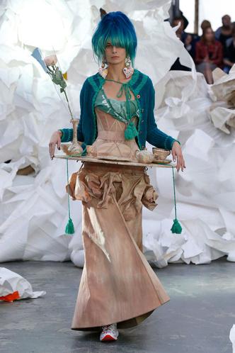 Принты и многослойность на показе Vivienne Westwood (фото 3.2)