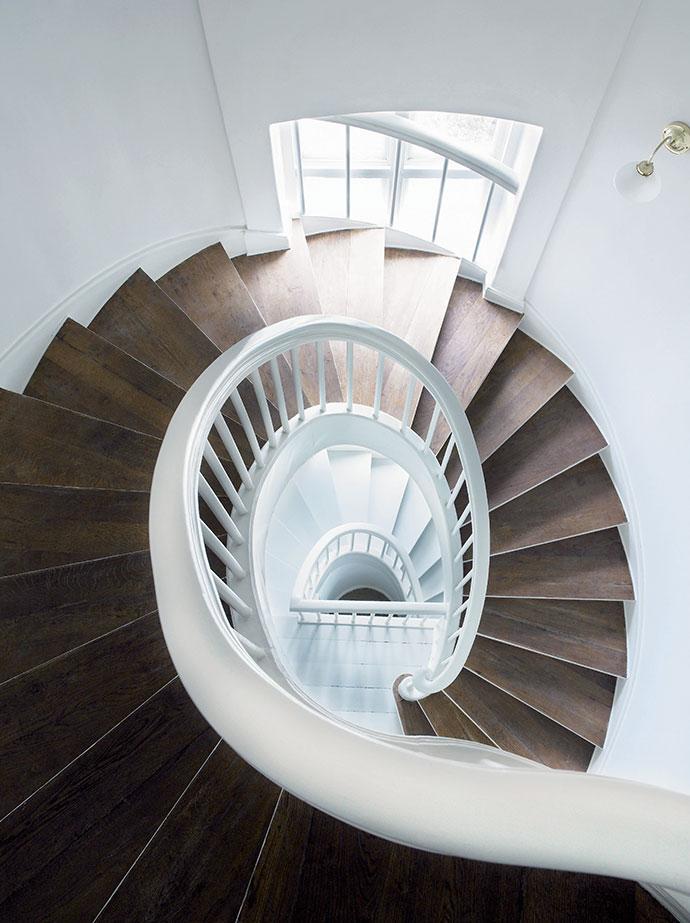 Овальная в плане лестница