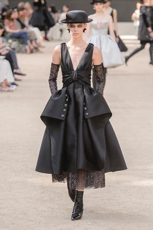 Показ Chanel коллекции сезона Осень-зима 2017-2018 года Haute couture - www.elle.ru - Подиум - фото 624062