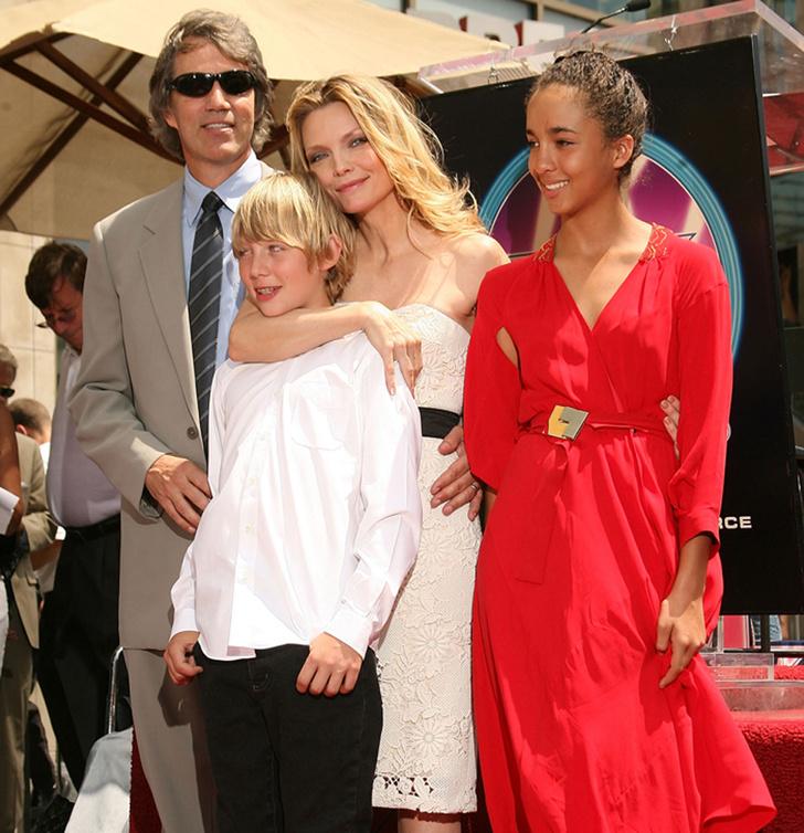 Мишель Пфайффер с семьей