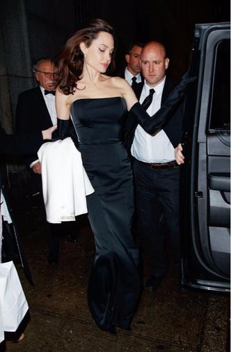 Фото дня: Анджелина Джоли с детьми на ужине в Нью-Йорке (фото 1)