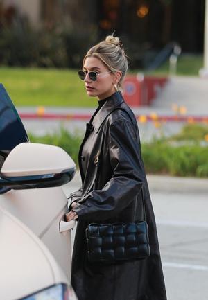 Черный плащ + самая модная сумка сезона: Хейли Бибер на ланче с подругой (фото 1.1)