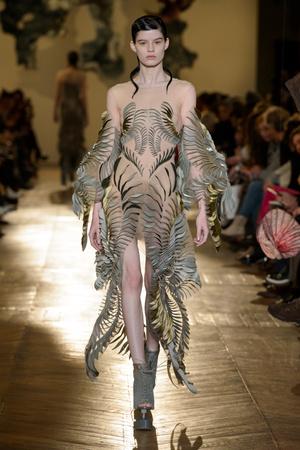 Показ Iris van Herpen коллекции сезона Весна-лето 2018 года Haute couture - www.elle.ru - Подиум - фото 672621