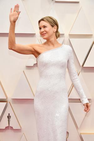 Видение в белом: невероятно красивая Рене Зеллвегер на церемонии «Оскар-2020» (фото 2.2)