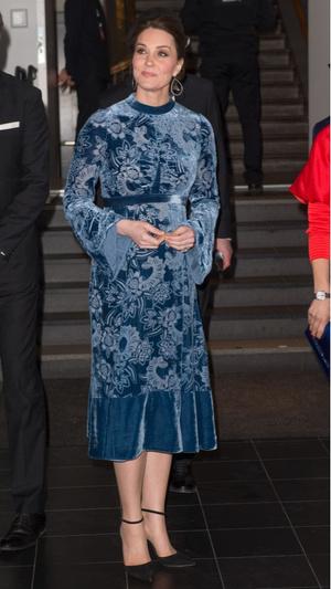 Синий бархат: Кейт Миддлтон в платье Erdem (фото 1)