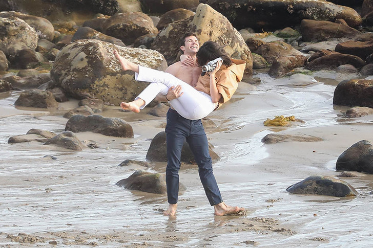 Кино или реальность? Кендалл Дженнер в объятиях незнакомца на пляже фото [2]