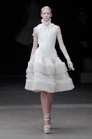 Показы мод Alexander McQueen Осень-зима 2011-2012 | Подиум на ELLE - Подиум - фото 2114