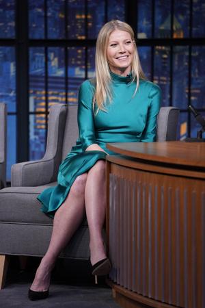 В платье цвета морской волны: Гвинет Пэлтроу на вечернем шоу Сета Майерса (фото 2.1)