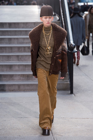 Показ Marc Jacobs коллекции сезона Осень-зима 2017-2018 года prêt-à-porter - www.elle.ru - Подиум - фото 618635