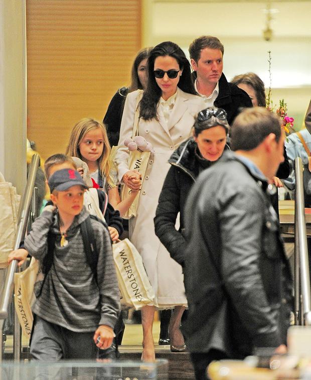 Фото дня: Анджелина Джоли с детьми в Лондоне