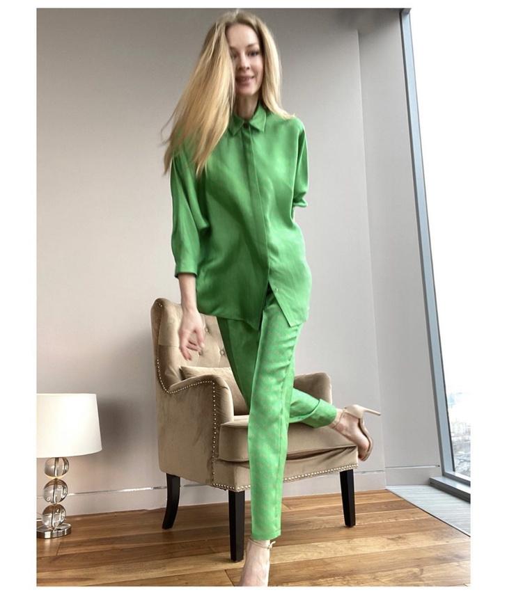В зеленом струящемся шелке: элегантный шелковый костюм «на все пуговицы» Светланы Ходченковой (фото 3)