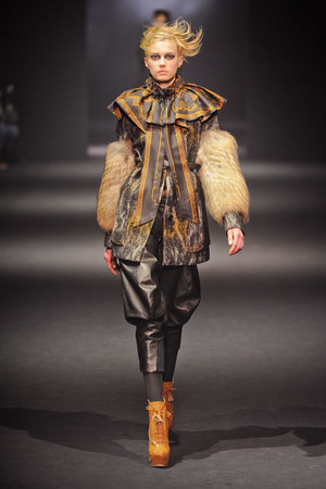 Показ John Galliano коллекции сезона Осень-зима 2012-2013 года Prêt-à-porter - www.elle.ru - Подиум - фото 381397