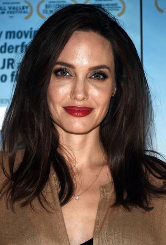 Бьюти-образ дня: Анджелина Джоли в Лос-Анджелесе фото [5]