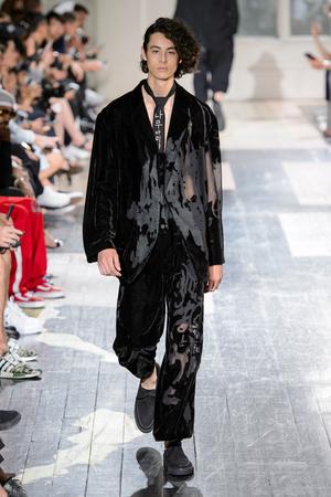 Показ Yohji Yamamoto коллекции сезона Весна-лето 2018 года Men prêt-à-porter - www.elle.ru - Подиум - фото 623203