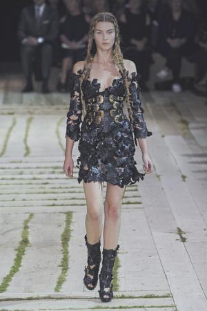Показы мод Alexander McQueen Весна-лето 2011 | Подиум на ELLE - Подиум - фото 2477