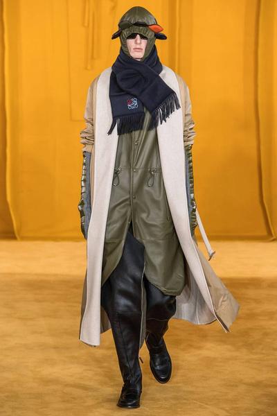 Сапоги-брюки и идеальные рубашки на показе Loewe Men's Fall 2019 (галерея 1, фото 0)