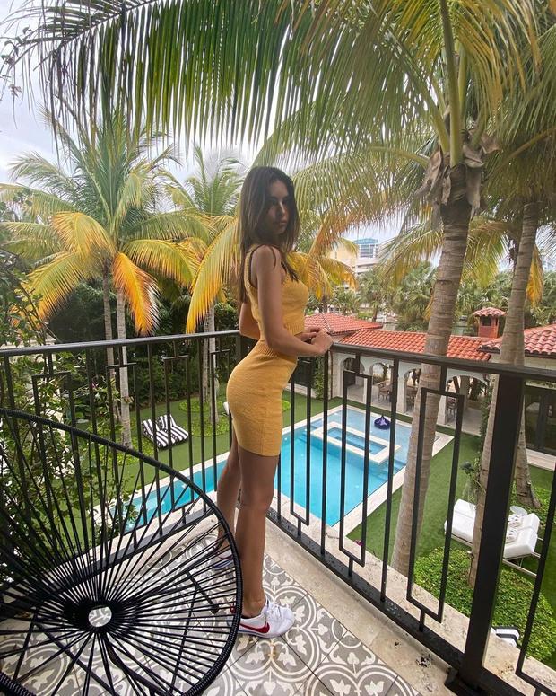 Минимум одежды: Эмили Ратаковски в отпуске (фото 1)