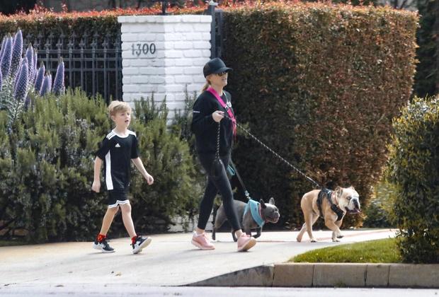Черный спортивный костюм и неоновая сумка: униформа Риз Уизерспун для прогулки с домашними питомцами (фото 5)