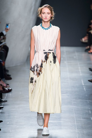 Показы мод Bottega Veneta Весна-лето 2015 | Подиум на ELLE - Подиум - фото 4161