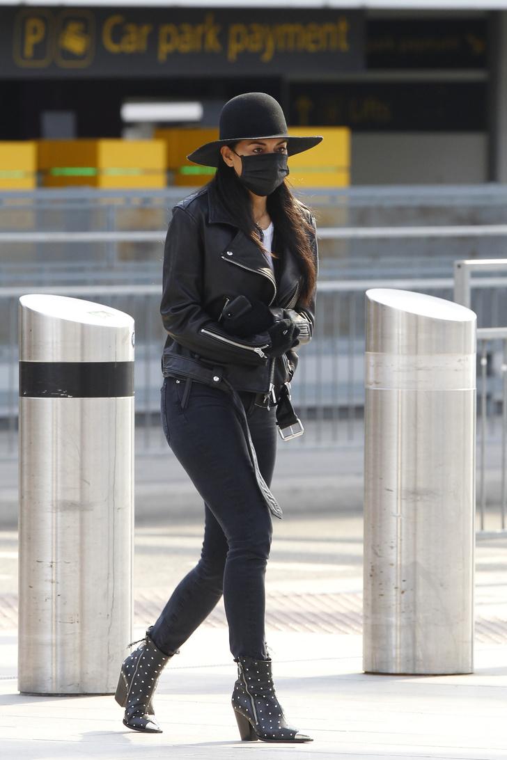 В одной черной-черной шляпе: Николь Шерзингер поспешно покидает Лондон (фото 1)