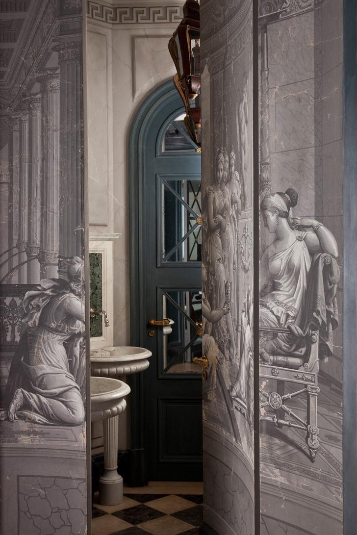 Стены зала-ротонды расписаны по мотивам гризайлей XVIII века. Потайная дверь ведет в гостевой санузел. Антикварные раковины привезены из Италии.