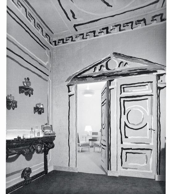 Один из залов парижского института Guerlain, 1939. Стены обиты желтой тканью с росписью-обманкой.