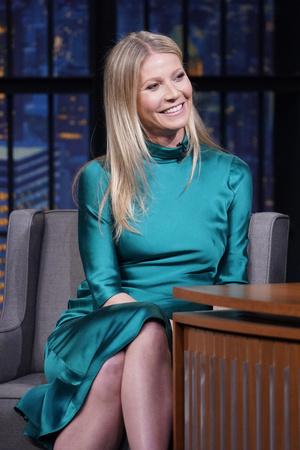 В платье цвета морской волны: Гвинет Пэлтроу на вечернем шоу Сета Майерса (фото 2.2)
