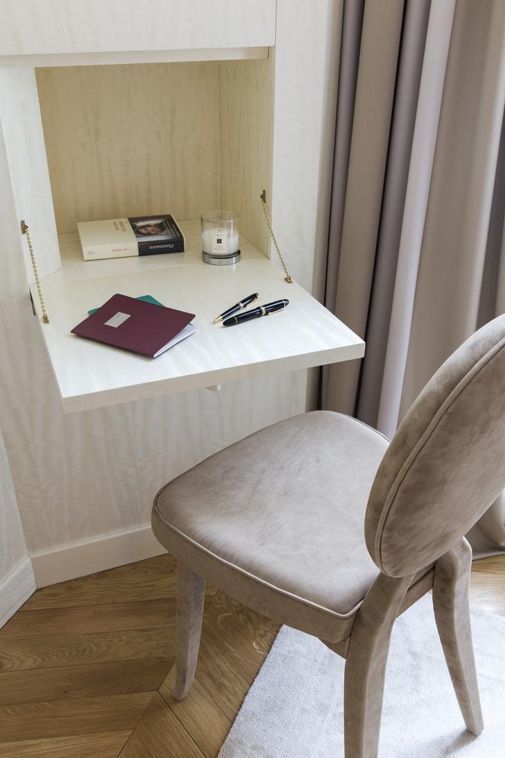 Фрагмент спальни. Столик с откидной столешницей сделан на заказ.