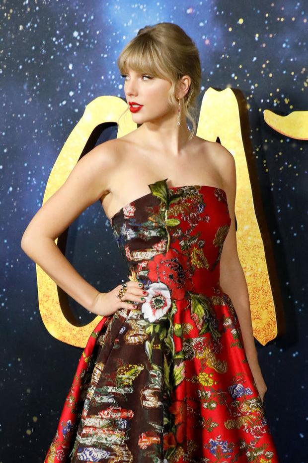 Кто сказал «мяу»? Тейлор Свифт в блистательном красном на премьере «Кошек» (фото 2)