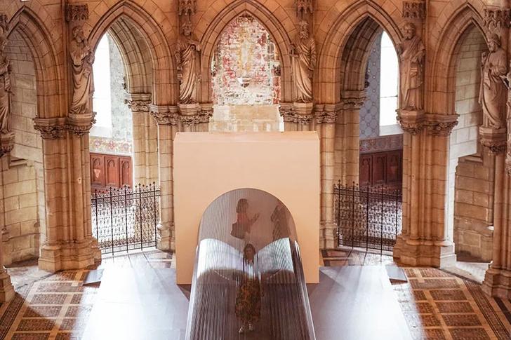 Туннель из магнитной пленки в церкви Бордо (фото 7)