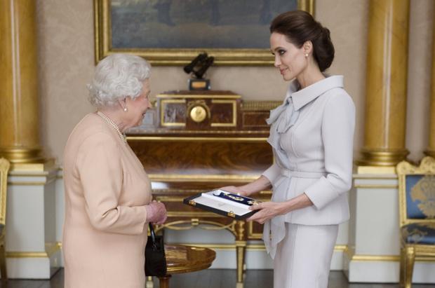 Елизавета II вручает награду Анджелине Джоли