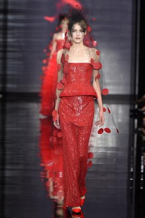 Показ Armani Prive коллекции сезона Осень-зима 2014-2015 года Haute couture - www.elle.ru - Подиум - фото 584939