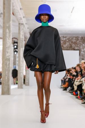 Неоновые шляпы и платья-подушки: Nina Ricci RTW Fall 2019 (фото 8.1)