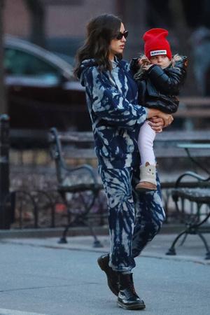 Счастливы вместе: Ирина Шейк на прогулке с дочерью Леей (фото 1.2)