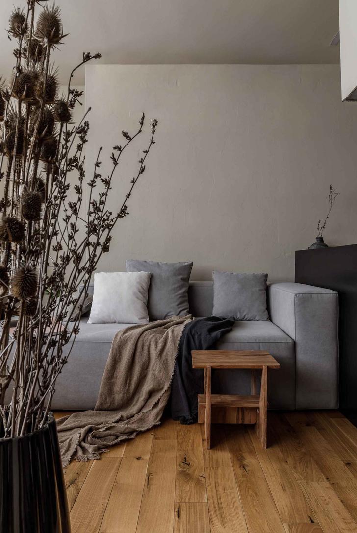Брутальная квартира в бежевых тонах с черной спальней 72 м² (фото 10)