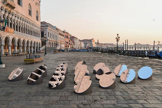 Зеркальная инсталляция в Венеции (фото 3)