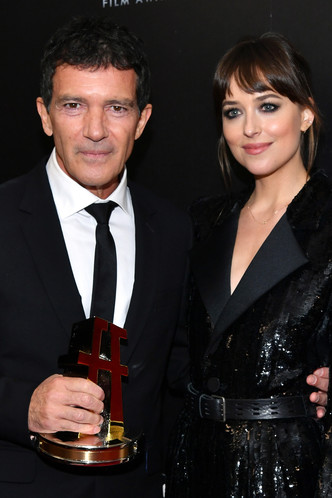 Дакота Джонсон вручила награду отчиму Антонио Бандерасу на Hollywood Film Awards (фото 1.2)