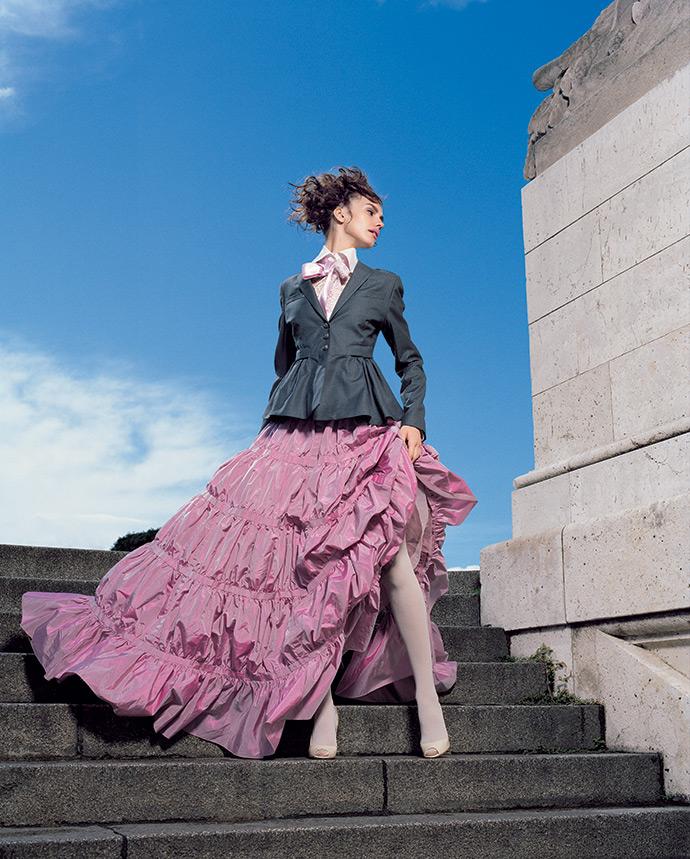 Юбка и блузка, Valentino; жакет, Noir; босоножки, D&G; колготки, Wolford